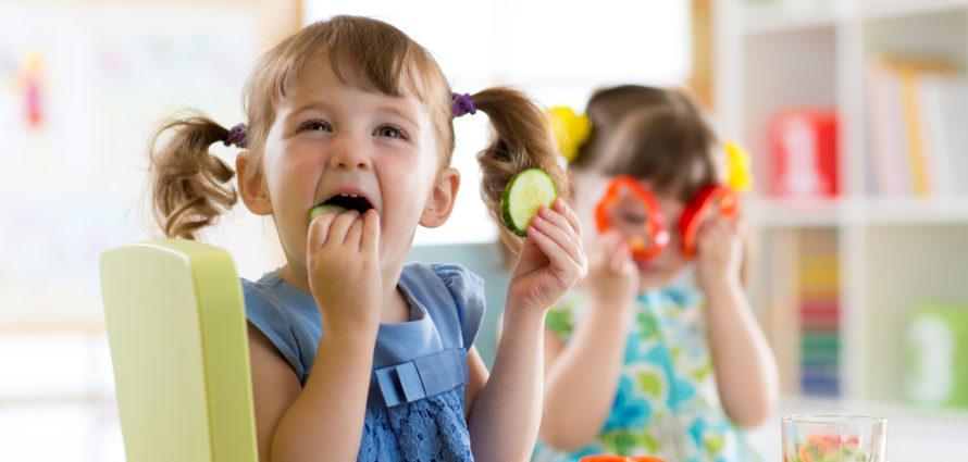 Enfants en train de manger des légumes