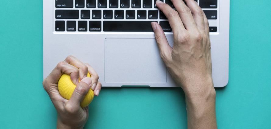 Balle anti-stress et ordinateur