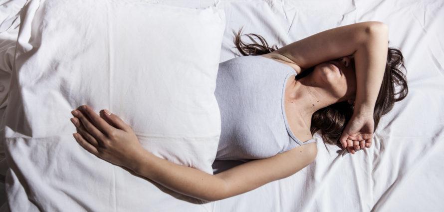 Jeune femme en train de mal dormir