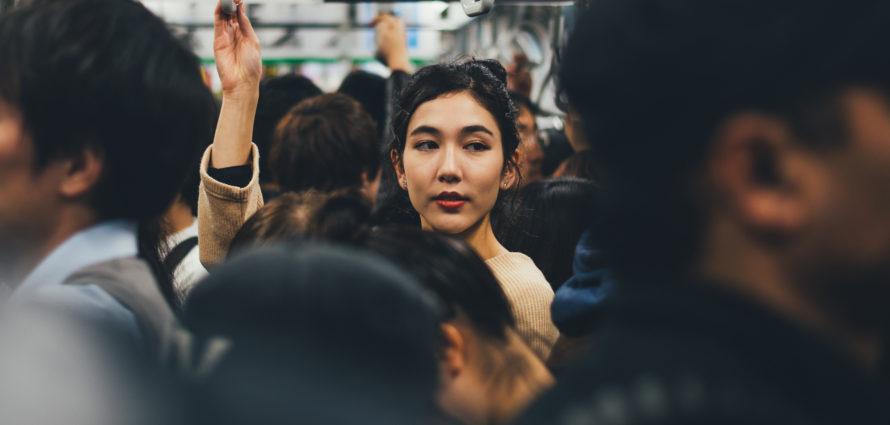 Jeune femme dans un métro bondé
