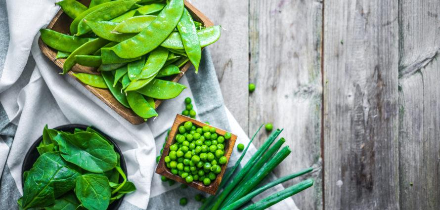 Légumes verts disposés sur une table en bois