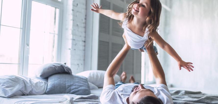 Un père et sa fille en train de rigoler