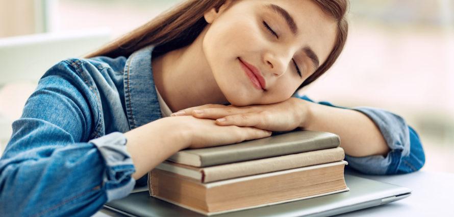 Jeune fille en train de dormir sur ses cahiers