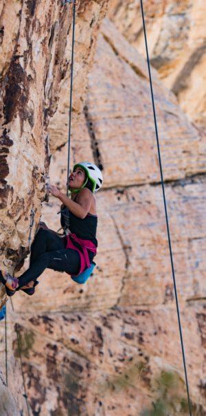 Femme en train de faire de l'escalade en plein-air